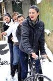 Les jeunes sur la bicyclette en saison de l'hiver photographie stock libre de droits