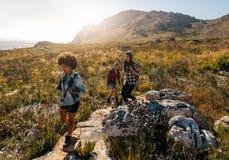 Les jeunes sur la hausse de montagne Images libres de droits