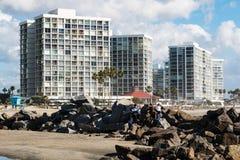 Les jeunes sur la plage centrale de Coronado près des logements ayant beaucoup d'étages de luxe Photographie stock libre de droits