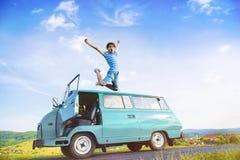 Les jeunes sur un voyage par la route Photos stock