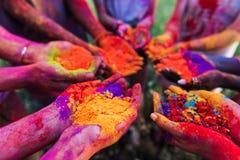 Les jeunes tenant la poudre colorée dans des mains au festival de holi Photo libre de droits