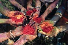 Les jeunes tenant la poudre colorée dans des mains au festival de holi Photos stock