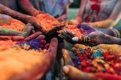 Les jeunes tenant la poudre colorée dans des mains au festival de holi Images stock
