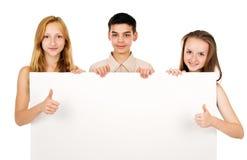 Les jeunes tenant une bannière vide Images stock