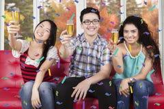 Les jeunes tiennent des verres de champagne Photographie stock libre de droits