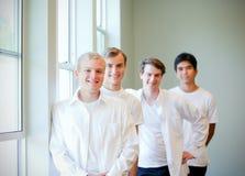 Les jeunes toilettent la position avec des garçons d'honneur, étant prêts pour épouser Image stock
