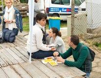 Les jeunes touristes dinent avant le début des jeux de Nestinar en Bulgarie Photo stock