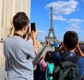 Les jeunes touristes prennent des photos de Tour Eiffel à Paris France image stock