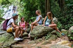 Les jeunes touristes se reposent sur les roches dans la jungle Photographie stock libre de droits
