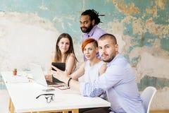 Les jeunes travaillant dans le bureau grunge Photo stock