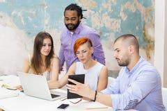 Les jeunes travaillant dans le bureau grunge Image stock