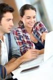 Les jeunes travaillant sur l'ordinateur portatif Images libres de droits