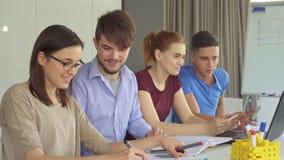 Les jeunes travaillent dans les paires au bureau photo libre de droits
