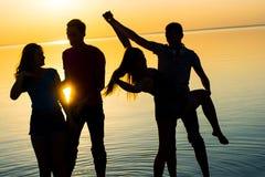 Les jeunes, les types et les filles, étudiantes dansent des couples au su Photos libres de droits