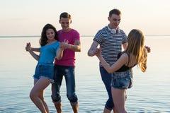 Les jeunes, les types et les filles, étudiantes dansent des couples en franc Image libre de droits