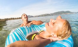 Les jeunes vacances de couples ayant l'amusement véritable sur Phuket tropical soient Images libres de droits