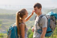 Les jeunes voyageant et parlant Image stock