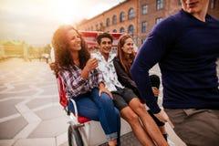 Les jeunes voyageant sur le tricycle Photos libres de droits