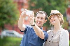 Les jeunes voyageurs couplent faire le selfie pendant le voyage d'outre-mer Photo libre de droits