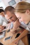 Les jeunes websurfing sur l'Internet Photos libres de droits