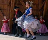 Les jeunesses de la Californie montrent une danse folklorique spécifique 1 Photographie stock