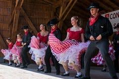 Les jeunesses de la Californie montrent une danse folklorique spécifique Photographie stock libre de droits