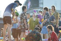Les jeux adolescents arrosent avec ses amis pendant le Songkran Image stock