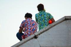 Les jeux adolescents arrosent avec ses amis pendant le Songkran Images libres de droits