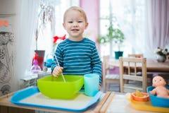 Les jeux d'enfant avec les jeux éducatifs aux enfants centrent Image stock