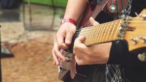 Les jeux de guitariste sur la rue banque de vidéos