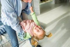 Les jeux de père avec la petite fille Photographie stock