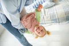 Les jeux de père avec la petite fille Images stock