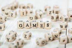 Les jeux expriment écrit sur le bloc en bois Image stock