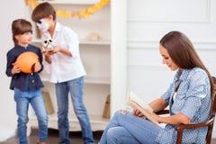 Les jolis enfants préparent la surprise pour le leur Images libres de droits