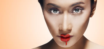 Les jolis femmes de visage avec le rouge à lievres fondent sur ses languettes Image stock