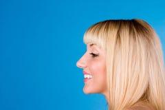 Les jolis femmes projette la sa se dirigent en arrière dans un grand rire photo libre de droits