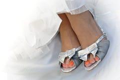 Les jolis pieds de la mariée Images stock