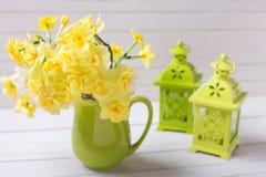 Les jonquilles ou le narcisse jaunes de ressort fleurit dans le broc vert Photos libres de droits