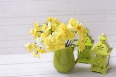 Les jonquilles ou le narcisse jaunes de ressort fleurit dans le broc vert Photo stock