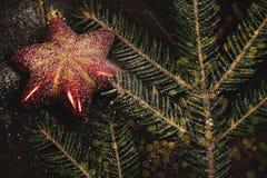 Les jouets d'arbre de Noël ont modifié la tonalité le macro décor de célébration Photos libres de droits