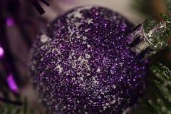 Les jouets d'arbre de Noël ont modifié la tonalité le macro décor de célébration Photo stock