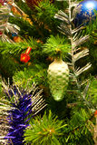 Les jouets d'an neuf sur l'arbre de Noël Photographie stock