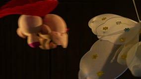 Les jouets de berceau de plan rapproché tournent autour dans l'obscurité banque de vidéos