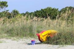 Les jouets de kayak et de plage attendent Photo stock