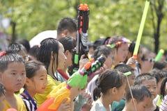 Les jouets en plastique d'arme à feu d'eau d'exposition d'enfants Photo libre de droits