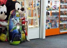 Les jouets font des emplettes dans le salon après enregistrement à côté de la porte d'avion d'air Photos stock