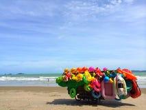 Les jouets gonflables de location colorés calent par la mer Images stock