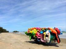 Les jouets gonflables de location colorés calent par la plage de la Thaïlande Photo libre de droits