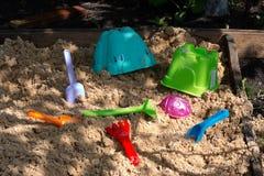 Les jouets sont dans le bac à sable Images libres de droits