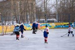 Les joueurs célébrant une victoire de médaille d'argent au championnat d'hockey du monde est en personne photographie stock